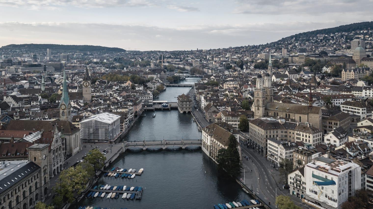 Vue en plongée de Zurich et de la Limmat.