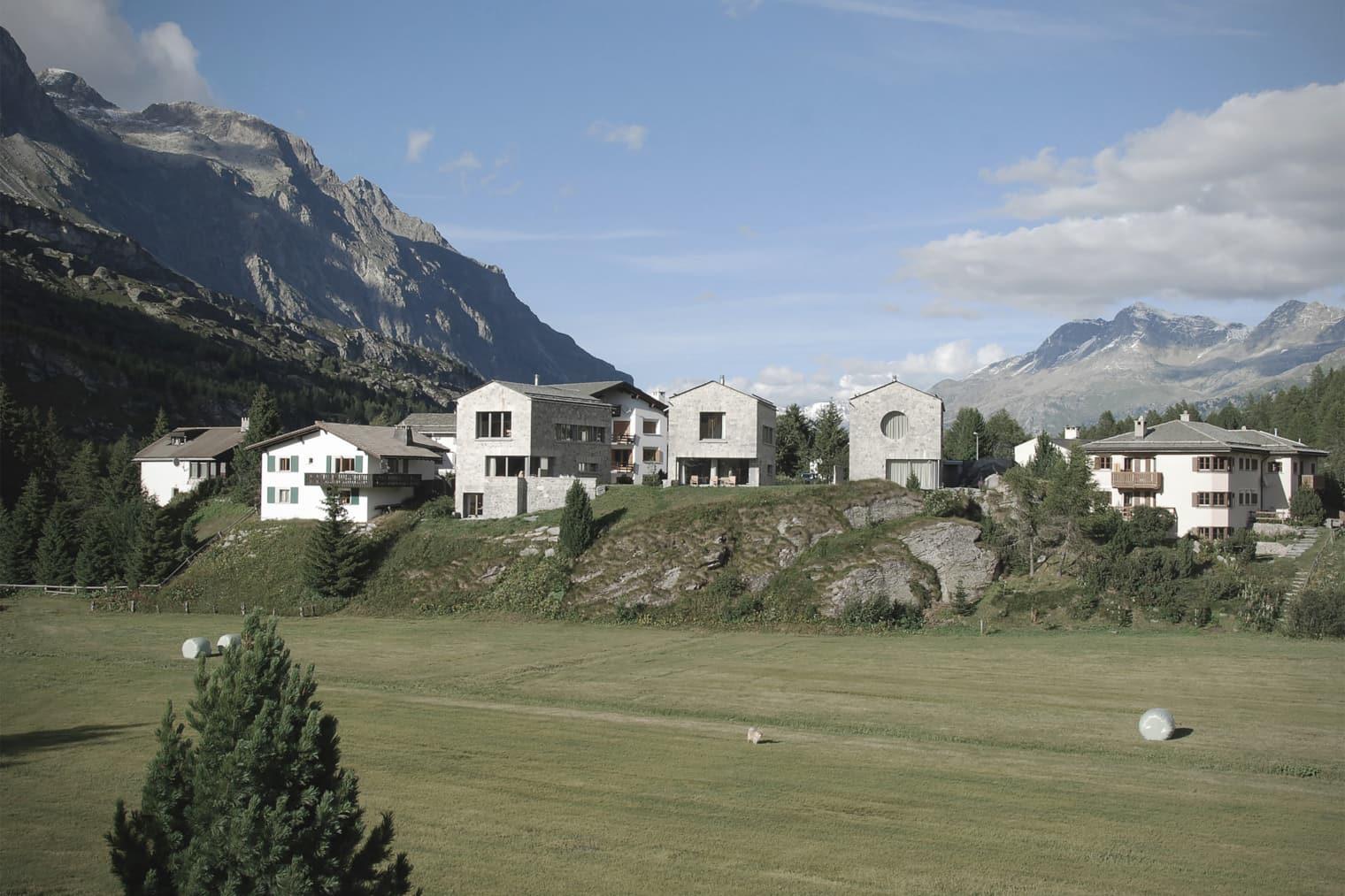 Vista di diverse case di fronte a un paesaggio montano