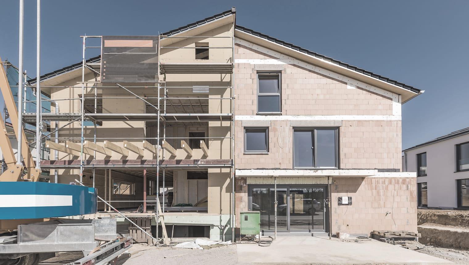 Vista di un cantiere di una casa con due metà otticamente diverse